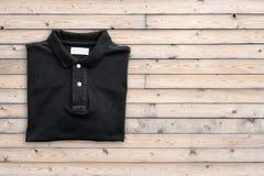 Draufsicht des T-Shirts auf altem Holzfußbodenhintergrund Stockfotos