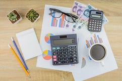 Draufsicht des Taschenrechners und der wesentlichen Werkzeugeinzelteile über Finanz Lizenzfreie Stockfotografie