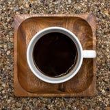 Draufsicht des Tasse Kaffees über hölzerne quadratische Platte Stockbild
