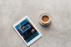 Draufsicht des Tasse Kaffees und der Tablette mit Anmeldung App auf Schirm lizenzfreie stockfotos