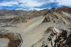 Draufsicht des Thiksey-Klosters Gompa zum Tal in der Trockenzeit, Leh Ladakh, Indien Stockfotos