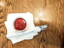 Draufsicht des Tomaten-Ketschups in einer Schüssel, Draufsicht mit Gabel und Messer, Restaurantgedeck lizenzfreie stockbilder