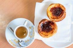 Draufsicht des traditionellen portugiesischen Gebäcks und des Kaffees Lizenzfreies Stockfoto