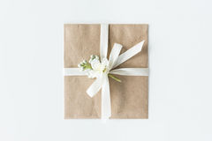 Draufsicht des Umschlags mit Blume und des Bandes lokalisiert auf Weiß Lizenzfreies Stockfoto