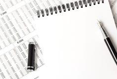 Draufsicht des weißen Notizbuches, Büroartikel Lizenzfreie Stockfotos