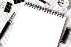 Draufsicht des weißen Notizbuches, Büroartikel Lizenzfreie Stockfotografie