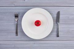Draufsicht des weißen Tellers mit Tomate Stockfoto