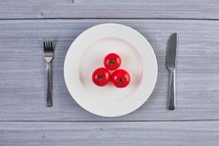 Draufsicht des weißen Tellers mit Tomate Lizenzfreies Stockfoto