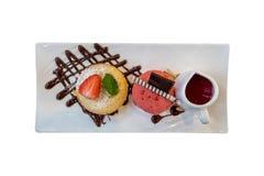 Draufsicht des weißen Schokoladenlavakuchens gedient mit dem Erdbeereis und Soße lokalisiert auf weißem Hintergrund stockbild