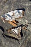 Draufsicht des weiblichen Badeanzugbikinis der Mode auf Steinhintergrund Stockbild