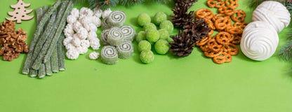 Draufsicht des Weihnachts- und des neuen Jahresfeiertagskonzeptes mit Kiefernkegeln, Geschenkbox, Zuckerstange-, Weihnachtsball u stockfotografie