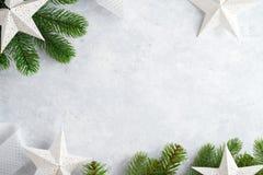 Draufsicht des Weihnachtsweißen hölzernen Hintergrundes Schablone für Abstand des neuen Jahres für Text Modell für die Werbung, G lizenzfreies stockbild
