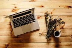 Draufsicht des Weinlese-Hippie-Holztischs, Laptop Lizenzfreies Stockbild