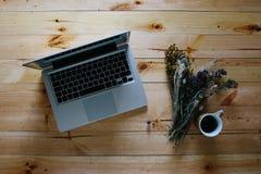 Draufsicht des Weinlese-Hippie-Holztischs, Laptop Lizenzfreie Stockfotos