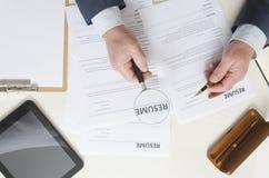 Draufsicht des Werbeoffizierarbeitsplatzes Prozess der Untersuchung von neuen Angestellten stockbild