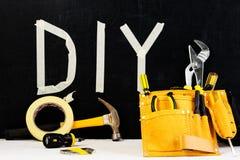 Draufsicht des Werkzeuggurtes mit Bauwerkzeugen und Wort DIY gemacht stockbilder