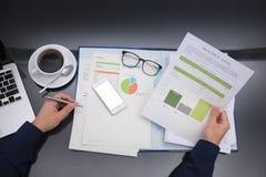 Draufsicht, die stark an der Geschäftsfinanzierung arbeitet lizenzfreie stockfotos