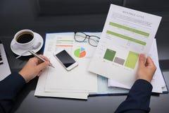 Draufsicht, die stark an der Geschäftsfinanzierung arbeitet Lizenzfreies Stockbild
