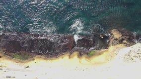 Draufsicht, die weg Ozeanblau-Wellenabbruchs-Küstenlinienklippe hochschiebt stock video