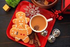 Draufsicht drei Draufsicht der Lebkuchenmänner mit Kaffee auf rotem Teller stockbilder