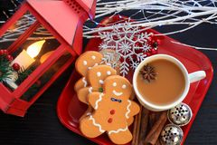 Draufsicht drei Lebkuchenmannplätzchen mit Kaffee auf rotem Teller lizenzfreie stockfotografie