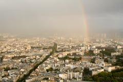 Draufsicht einer europäischen Stadt, Regenbogen stockfotografie