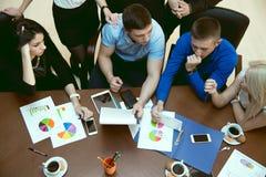 Draufsicht einer Gruppe junger Leute an einem Geschäftstreffen schedu Stockfotografie