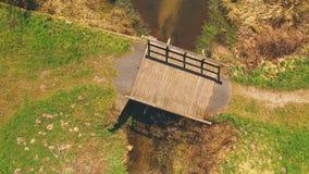 Draufsicht einer Holzbrücke beim Eutersee lizenzfreie stockfotografie