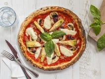 Draufsicht einer köstlichen Pizza mit Artischocken, Pilze, gekocht Stockfotos