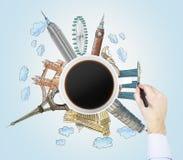 Draufsicht einer Kaffeetasse und der Hand zeichnet bunte Skizzen der berühmtesten Städte in der Welt Das Konzept des Reisens Stockfotografie
