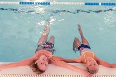 Draufsicht einer Mutter und der Tochter im Wasser lizenzfreies stockbild