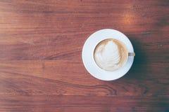 Draufsicht einer Schale heißen Kaffees setzte an altes Holztisch backgrou Lizenzfreie Stockfotografie