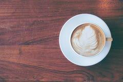 Draufsicht einer Schale heißen Kaffees setzte an altes Holztisch backgrou Lizenzfreies Stockbild
