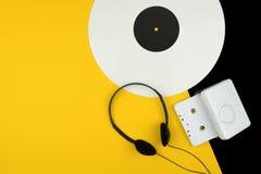 Draufsicht einer weißen Aufzeichnung des langen Spiels Vinyl, schwarzer Kopfhörer stockbild