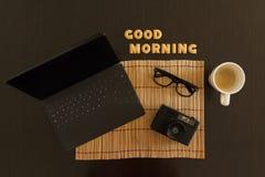 Draufsicht eines Arbeitsplatzes mit Kaffee, Laptop und Sonnenbrille Stockbilder