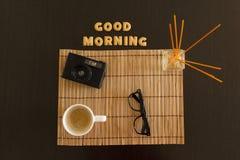 Draufsicht eines Arbeitsplatzes mit Kaffee, Laptop und Sonnenbrille Stockfoto