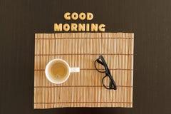 Draufsicht eines Arbeitsplatzes mit Kaffee, Laptop und Sonnenbrille Stockbild