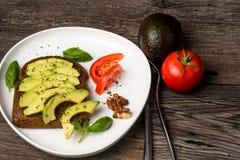 Draufsicht eines Avocadosandwiches Lizenzfreie Stockfotos