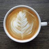 Draufsicht eines Bechers Lattekunstkaffees Lizenzfreie Stockfotos