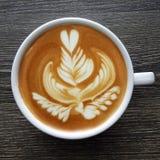 Draufsicht eines Bechers Lattekunstkaffees Stockbild