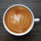 Draufsicht eines Bechers Lattekunstkaffees Lizenzfreies Stockbild