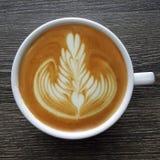 Draufsicht eines Bechers Lattekunstkaffees Stockfotos