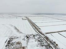 Draufsicht eines gepflogenen Feldes im Winter Ein Feld des Weizens im Schnee Stockbild