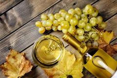 Draufsicht eines Glases Weins und des neuen Bündels weißer Trauben auf a stockfotografie