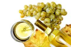Draufsicht eines Glases Weins und des neuen Bündels weißer Trauben auf a stockfoto
