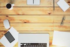 Draufsicht eines hölzernen Desktops mit Kopienraum Lizenzfreie Stockbilder