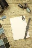 Draufsicht eines Holztischs mit Werkzeugen, Spulen des Fadens, den Natursteinen und farbigen Perlen, zum des Makrameeschmucks, mi lizenzfreie stockfotografie
