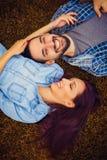 Draufsicht eines jungen Paares in der Liebe, die zusammen liegt Stockbilder