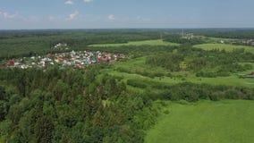 Draufsicht eines kleinen Dorfs im Wald stock video