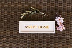 Draufsicht eines süßen Hauptzeichens mit Blumen lebensstil Lizenzfreies Stockfoto